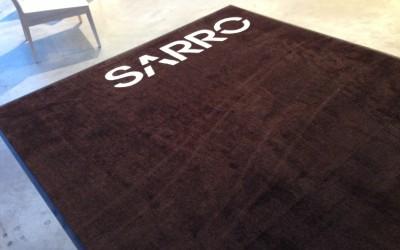 Un joli tapis personnalisé grand format pour les cuisines Sarro à Gosselies